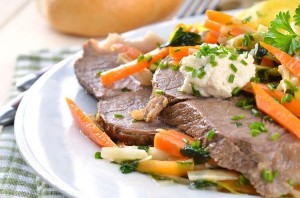 carne di manzo bollito su piatto con verdure