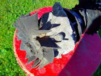 Impact d'obus de 20 mm entre deux aubes de turbine du compresseur.