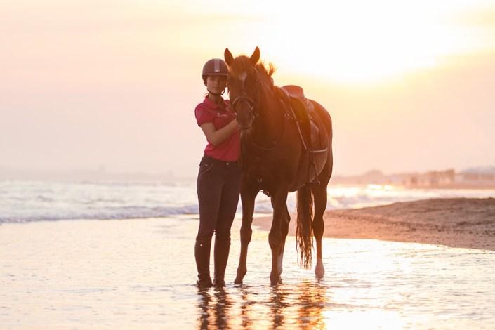 Photographie équestre cheval et cavalier à la plage