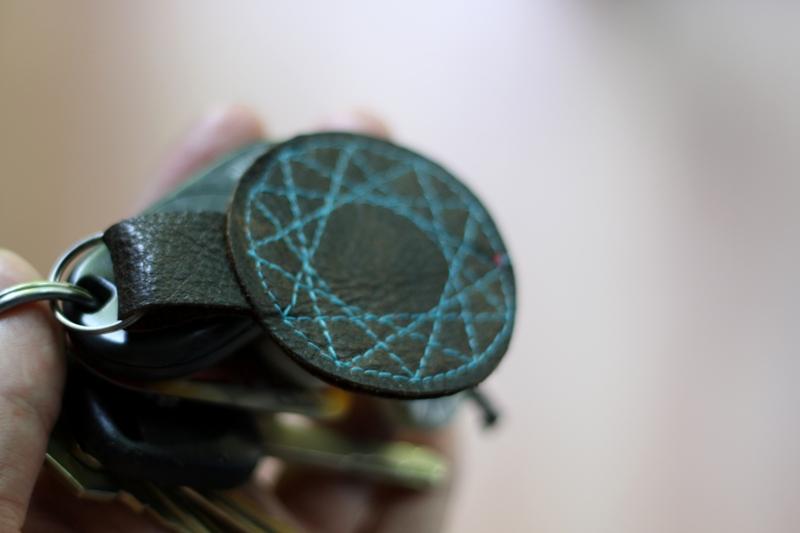 Porte-clés en cuir cousu