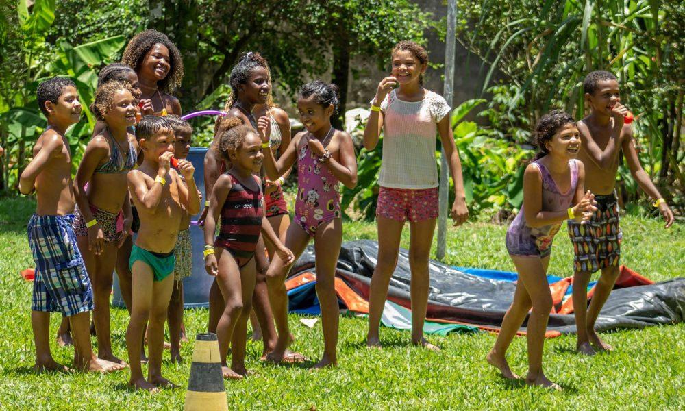 Criançada do Jardim Gramacho brincando na festa de Natal.