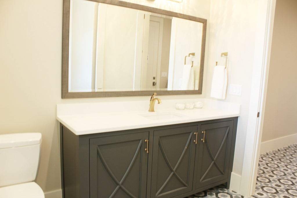 Spectacular bathroom and vanity paint color