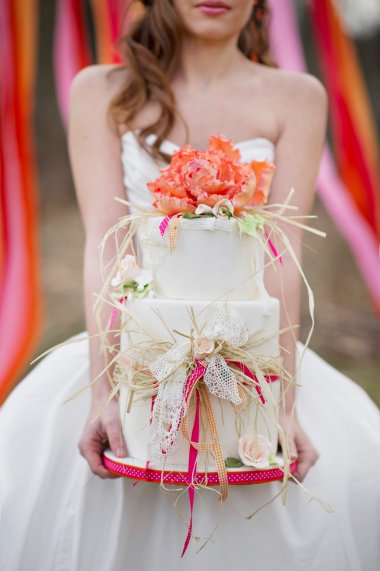 romantic-wedding-cake-with-Raffia