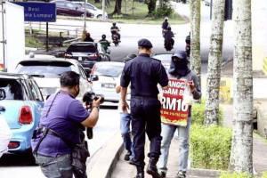 禁止水果小販在交通燈處兜售,買家也會被罰最高2000令吉。