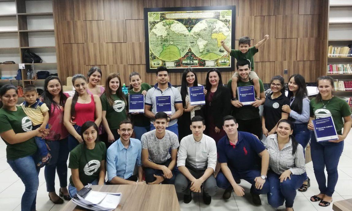 La FCE recibió en donación cinco libros de Auditoría