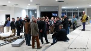 Besuchergruppe inmitten des neu gestalteten Eingangsbereiches.