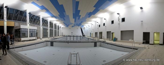 Panoramablick in die Schwimmhalle.