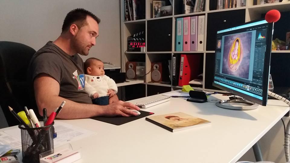 Unai San Martín trabajando con su hijo en brazos en su estudio de FDVS.