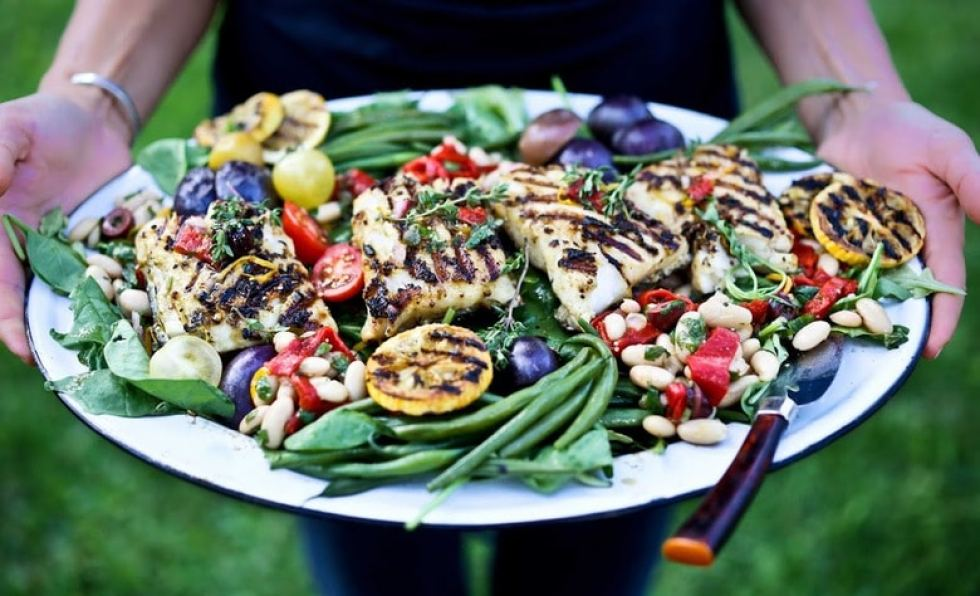 Grilled Nicoise Salad with fish, marinated beans, roasted peppers, potatoes and grilled lemons. + 15 Delicious Grilling Recipes for Summer! | www.feastinghome.com