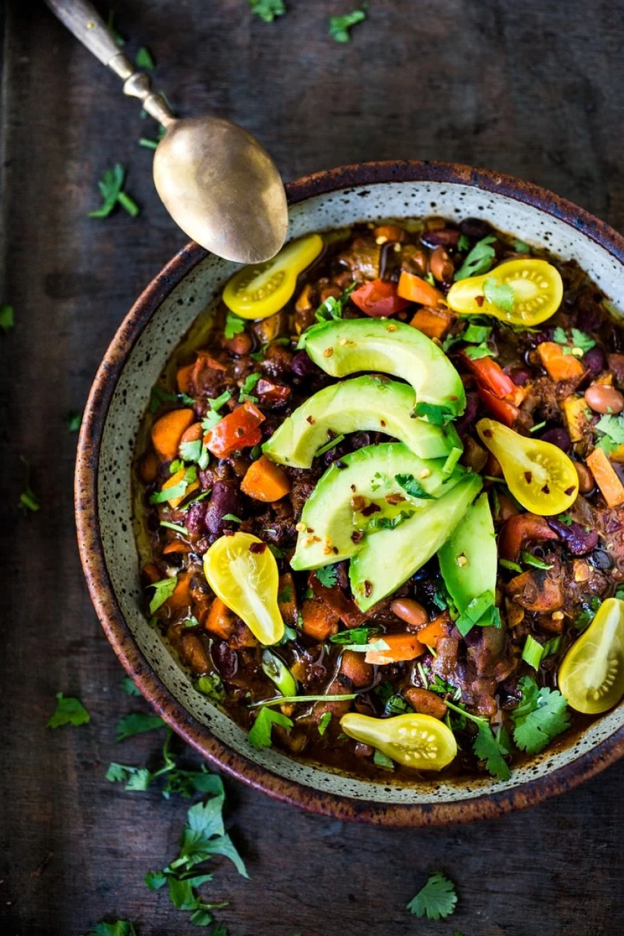 Clean out your fridge, Quick Vegan Chili - loaded up with healthy veggies and beans, this deep and complex recipe will even convert meat-eaters! Make a big batch on Sunday, then serve it during the busy workweek! | www.feastingathome.com