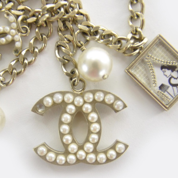 A close up of the same necklace...notice anything? (images via Fashionphile)