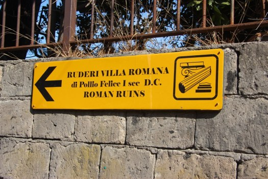 Sign pointing us to the Roman ruins