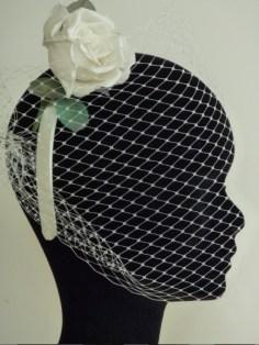 rose en soie sur serre-tête et résille pour robe années 50 par Fée au Château couturière à Versailles