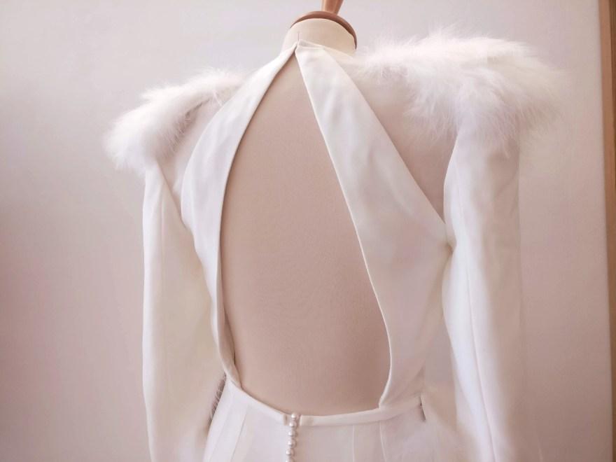 dos nu de robe de mariée en crêpe et plumes
