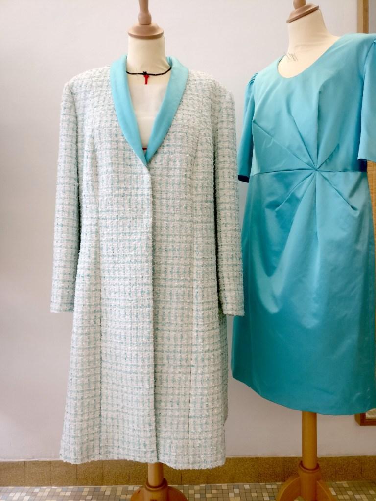Robe et manteau de mariage pour maman de mariés par Fée au Château à Versailles