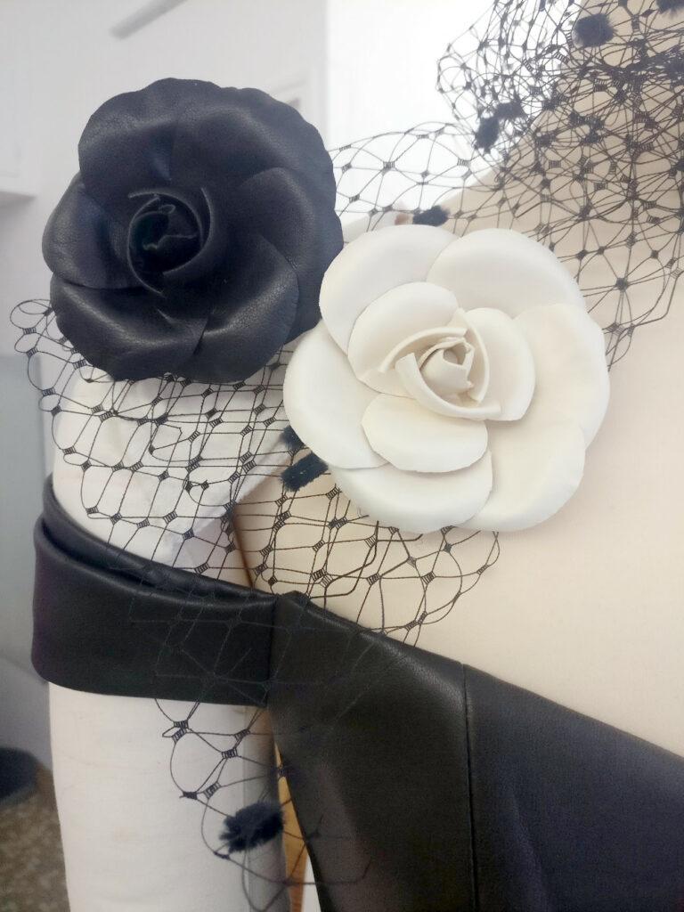 Créations camélias et bustier en cuir par Fée au Château, vos créations couture à Versailles