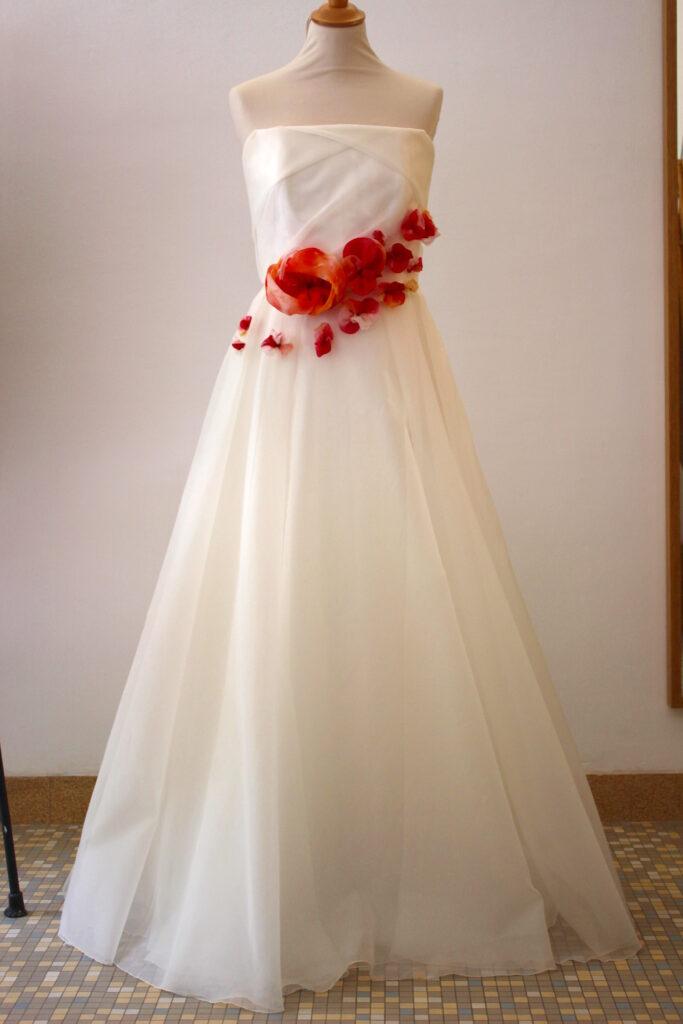 Robe de mariée en organza de soie brodée de fleurs par Fée au Château vos créations couture à Versailles