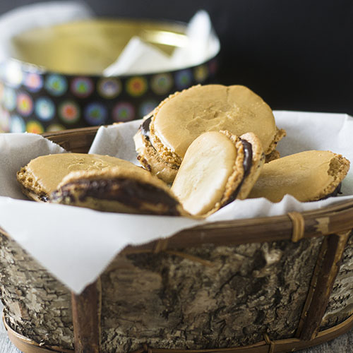 How to Make Chocolate Filled Almond Macarons #glutenfree #cookies #dessert | feedyoursoul2.com