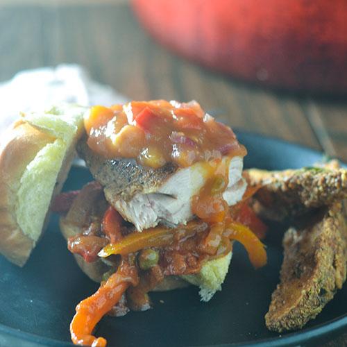 Spicy Mango Chicken Slider #sliders #chicken #chutney #mangoes | feedyoursoul2.com