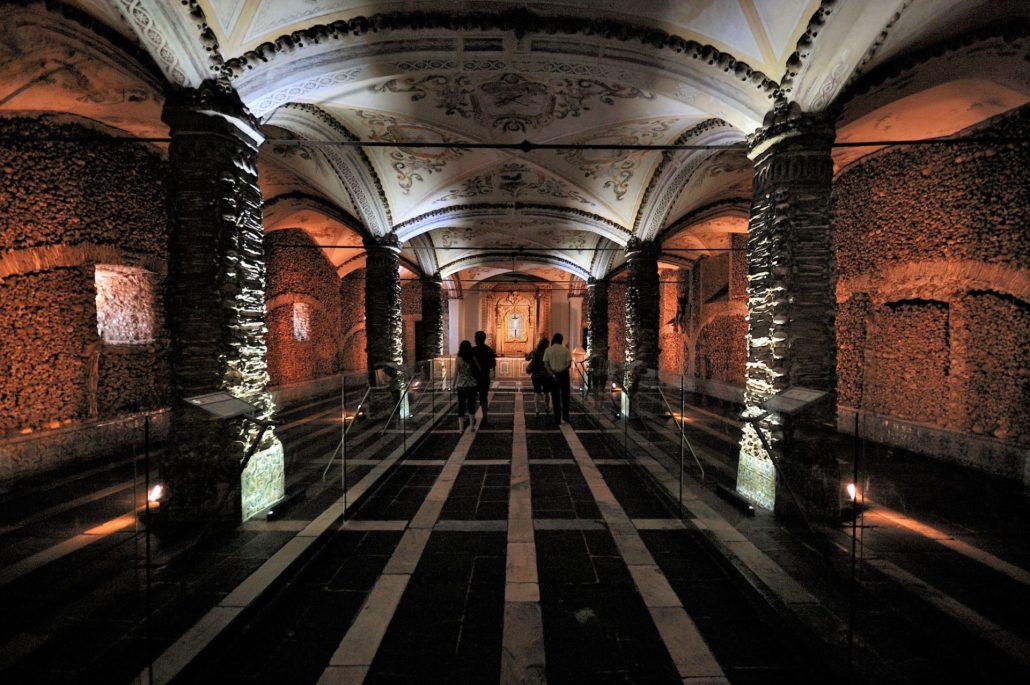 A intrigante Capela dos Ossos em Évora