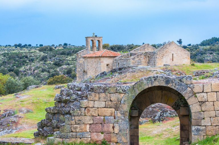 Ruínas Da Igreja De Estilo Românico Do Século Xiii, Igreja De Santa Maria Do Castelo Na Aldeia Histórica De Castelo Mendo Em Portugal