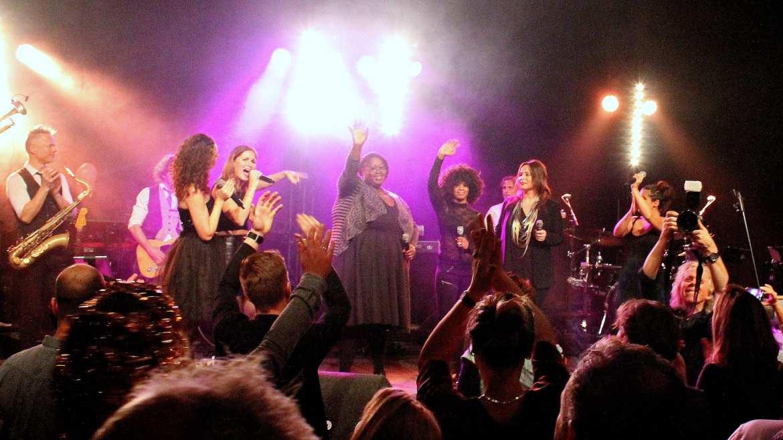 Bekende artiesten geven mini-concert tijdens Boston Tea Party en Friends spetterende finale-show!