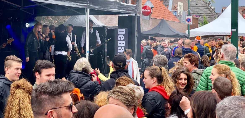 Koningsdag IJsselstein werd gevierd met lekkere Nederlandse meezingers van DeBand | feestband.com