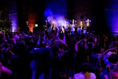 Onderzeebootloods viert Amerikaans feestje met Got the VIBE XL   feestband.com