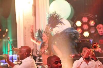 A'DAM toren in tropische sferen bij magisch huwelijksfeest   feestband.com