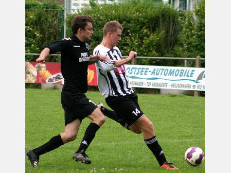 Felix Severin (r.) auf dem Weg zu seinem zweiten Treffer. SV-Kapitän Sascha Luz kommt zu spät. Der RSV siegte am Ende knapp mit 3:2.