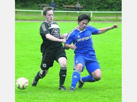 Fynn Severin (l.) soll im RSV-Mittelfeld für Akzente sorgen. 26 Spieler kämpfen um die begehrten Stammplätze. Der RSV will in die Verbandsliga.