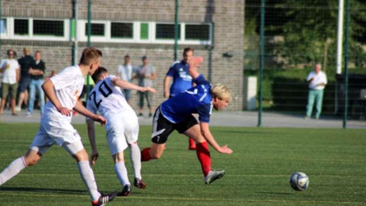 Die SG Insel Fehmarn I (hier mit Kim-Felix Harländer, r.) strauchelt weiter in der Kreisliga. Bei der Sportvereinigung Pönitz setzte es für die Insulaner eine 1:3-Niederlage. © Fehmarn24/Lars Braesch