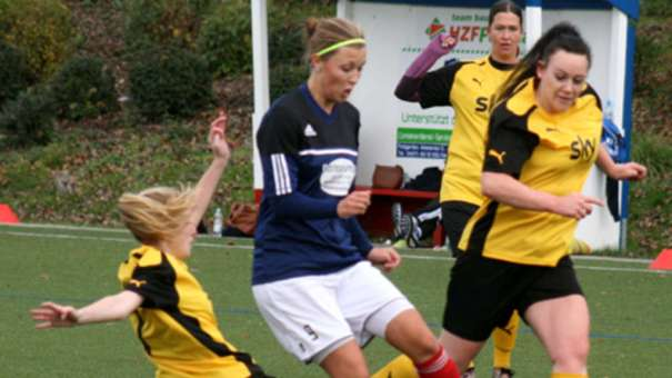 Denise Wiese (Mitte) war im Kreispokal beim 14:0-Heimerfolg der Frauen der SG Insel Fehmarn gegen den Sereetzer SV nicht zu bremsen. Die SG-Stürmerin erzielte fünf Treffer. © Fehmarn24/Höppner