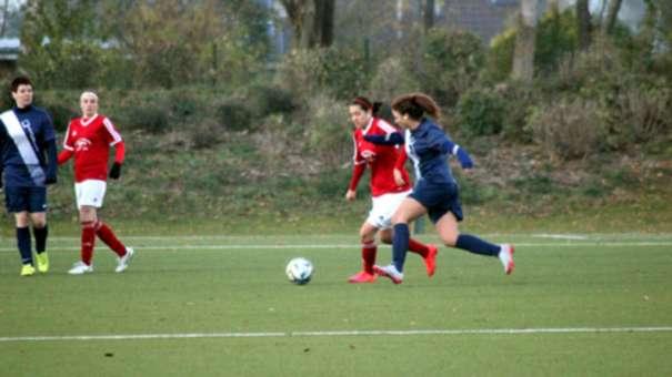 Maria da Silva (l.) erzielte gegen die FSG DVM Lübeck das erlösende 1:0 für die Frauen der SG Insel Fehmarn. Am Ende siegte die SG mit 3:0. © Fehmarn24/Lars Braesch