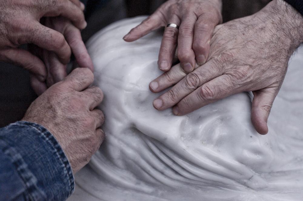 Felice Tagliaferri / il Cristo Rivelato, particolare, mani che esplorano la scultura