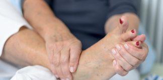 Dor na sola dos pés: Principais causas e tratamentos