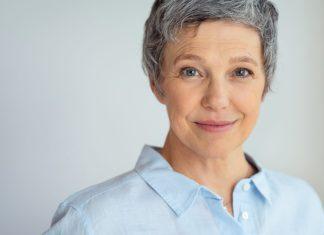 Como cuidar de cabelos brancos e grisalhos