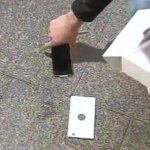 Compra per primo l'iPhone 6 ma gli cade e si rompe (VIDEO)