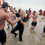 Lady Gaga si tuffa in un lago ghiacciato per beneficenza