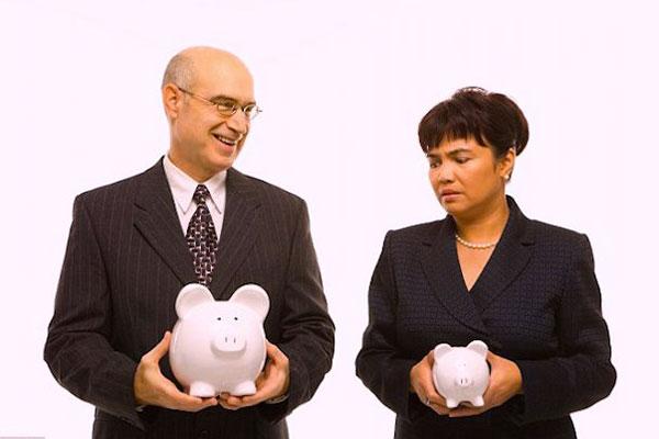 Discriminazione salariale di genere: le donne guadagnano meno degli uomini