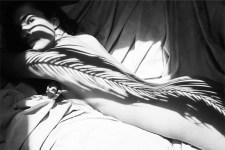 Corpo femminile, ombre e natura negli scatti in bianco e nero di Emilio Jimenez