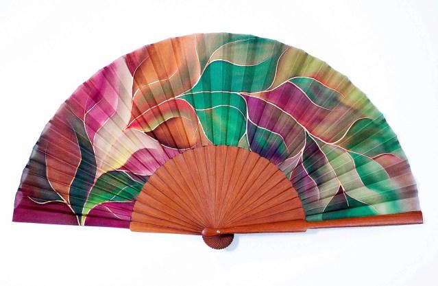 El abanico de seda natural, el complemento más sensual