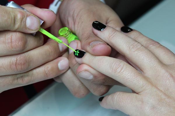 Tratamiento único en Stroke Nails de manicura con Velaterapia