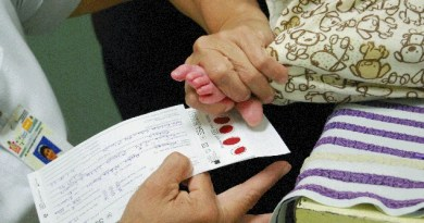 Tamiz neonatal: toma de la muestra de sangre del talón de un bebé