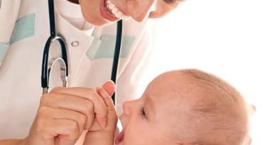 Bebé siendo auscultado por un médico