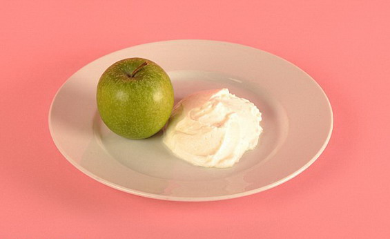 An apple and 125 g of low-fat yogurt