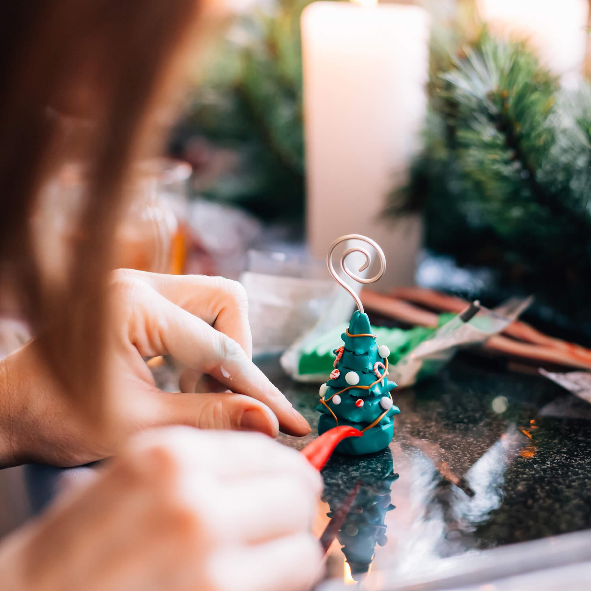 Kerstdecoratie maken met FIMO klei   Maak leuke kerstdecoratie met FIMO klei zoals dit leuke kerstboompje