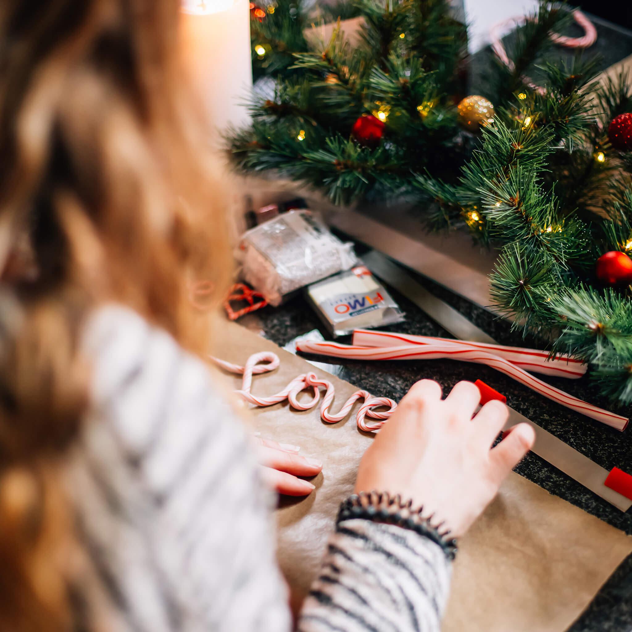 Kerstdecoratie maken met FIMO klei   Maak leuke kerstdecoratie van FIMO klei zoals deze candy cane tekst