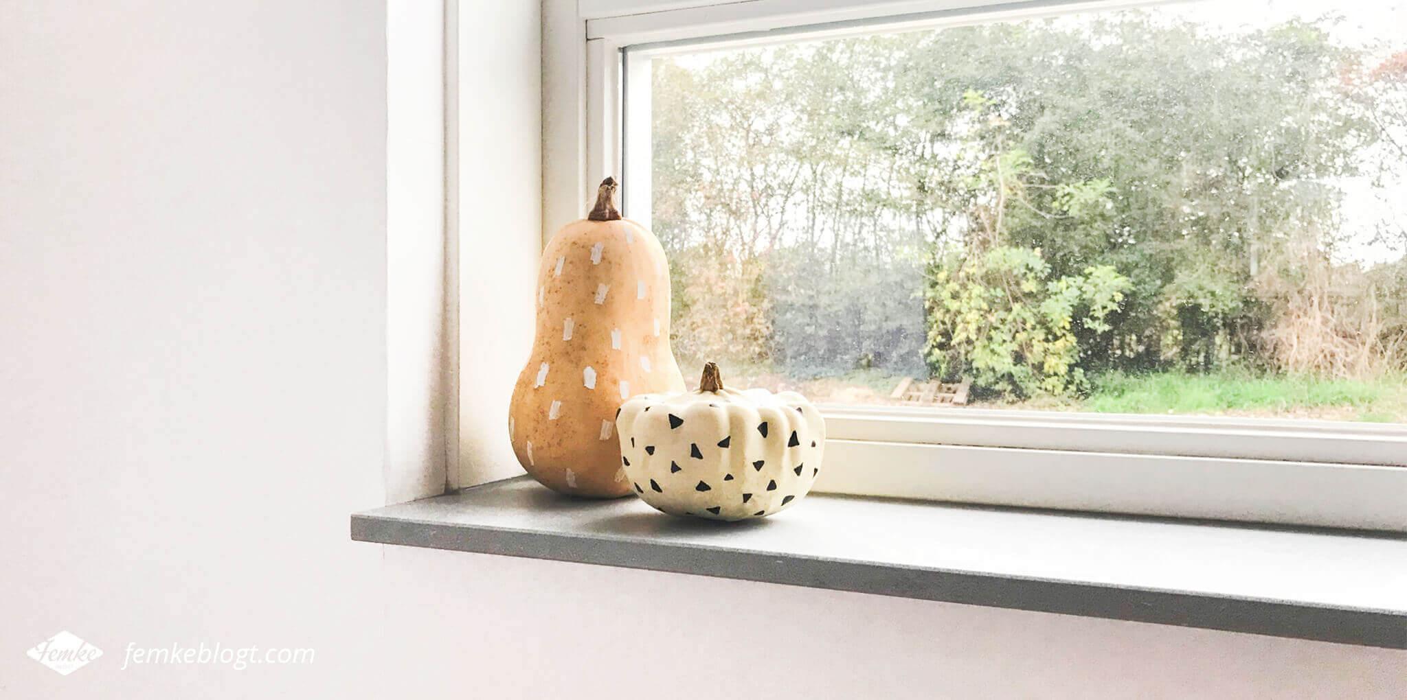 Haal de herfst in huis met pompoenen. Een simpele DIY om pompoenen te versieren voor leuke herfst decoratie.
