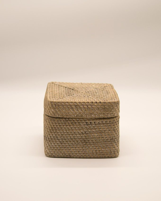 Κουτί με καπάκι ραττάν άσπρο ντεκαπέ
